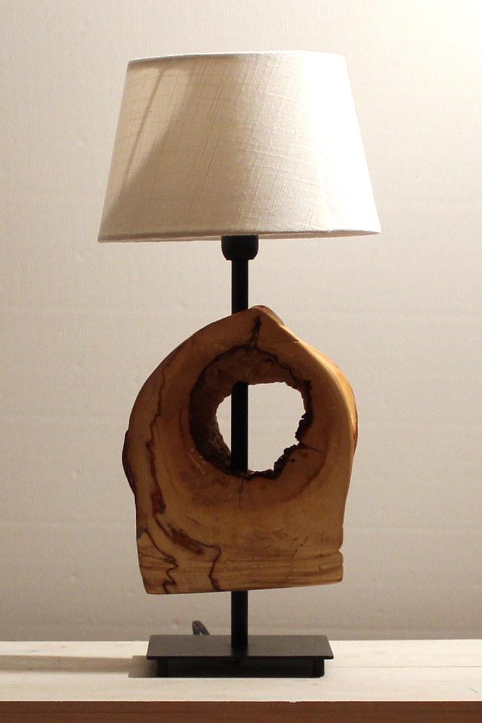 Lampe mit einem Stück Holz.