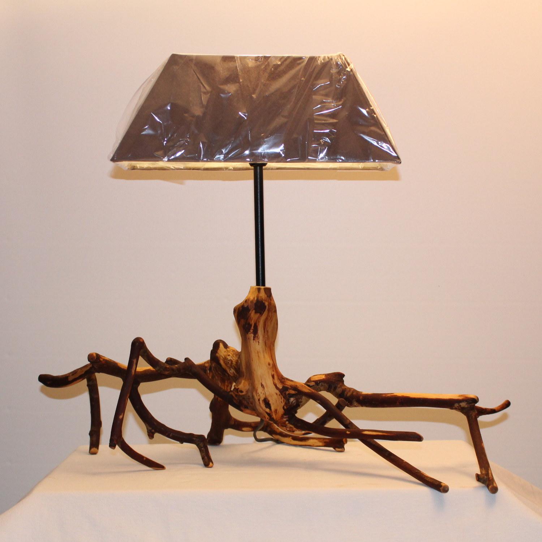 Lampe mit Ästen und Holz.