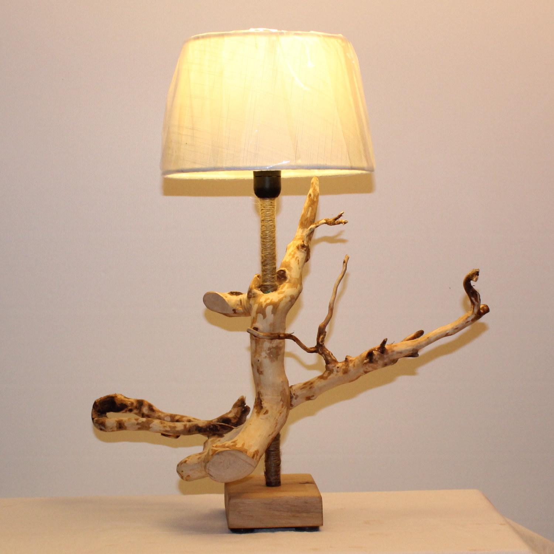 Lampe in Holzoptik.
