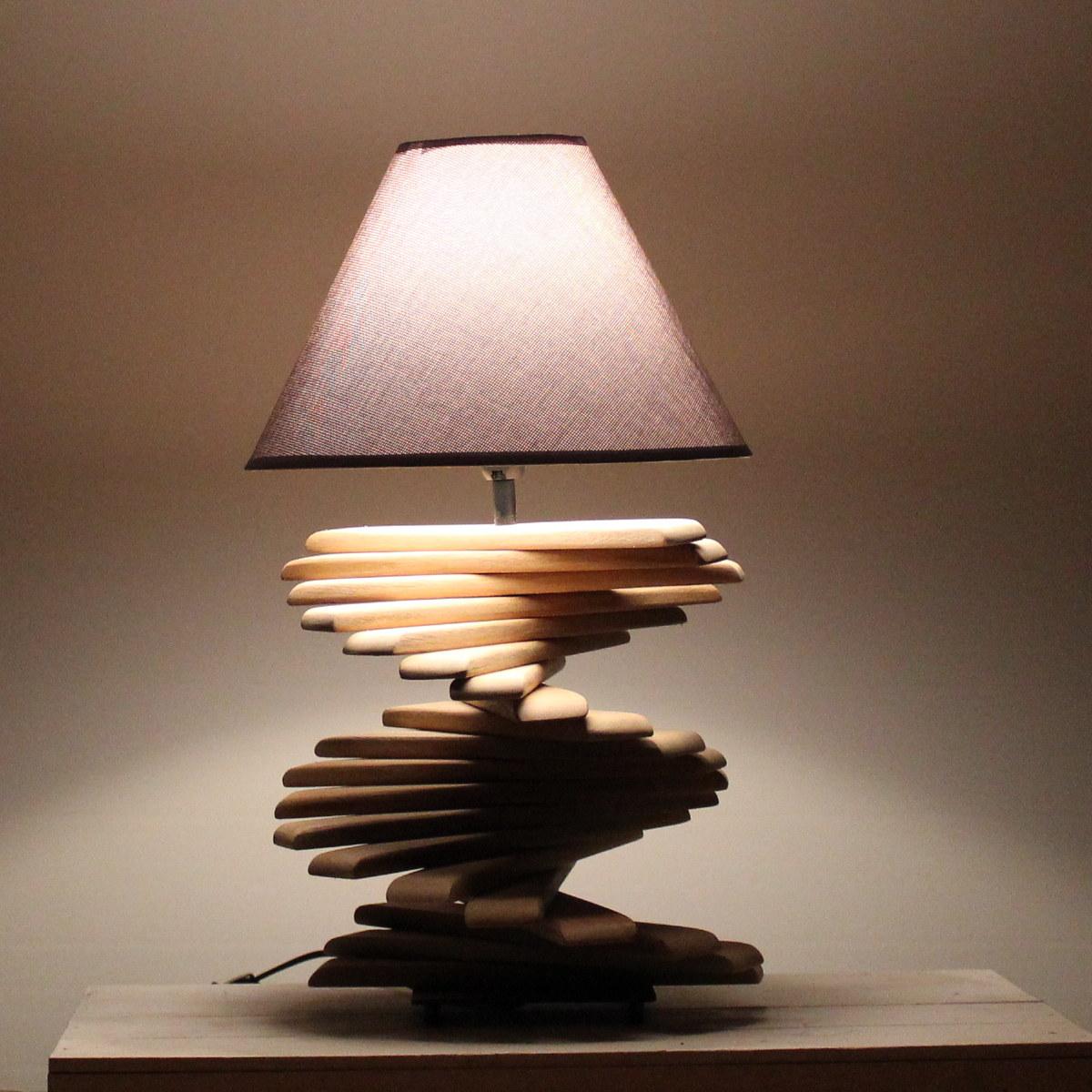 Tischlampe mit Treppenoptik.