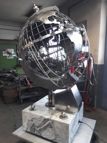 Globus aus feuerverzinktem Eisen