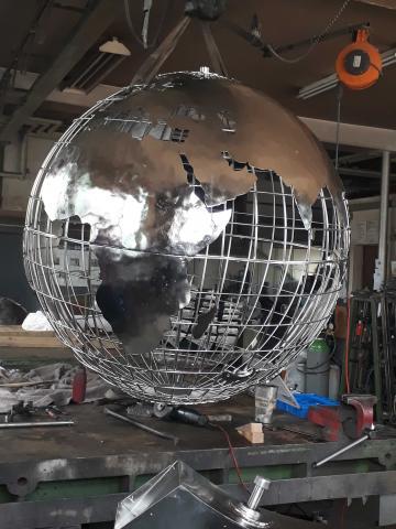 Großer Globus aus Edelstahl